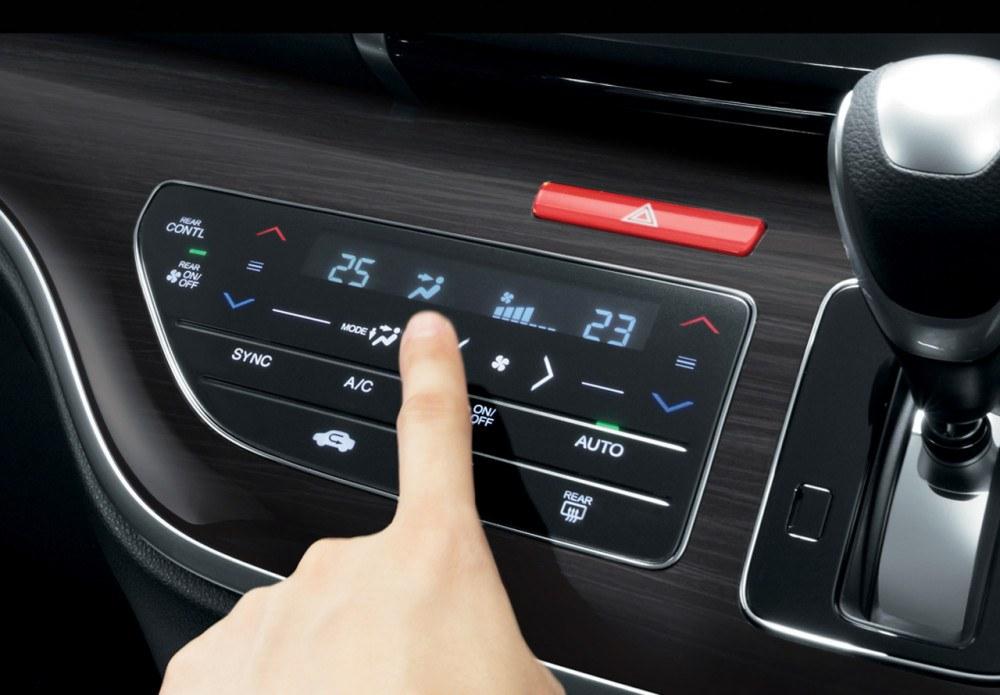 Tri-Zone Auto AC with Smarth Touch